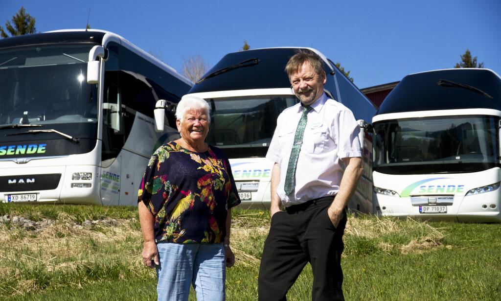 KOLLEGER: Mamma Solfrid Sende (78) og sønnen Annar Sende (55) jobber sammen i familiebedriften Sende i Verdal. Det har de gjort siden 1987. Foto: Magne Håheim / Bussmagasinet