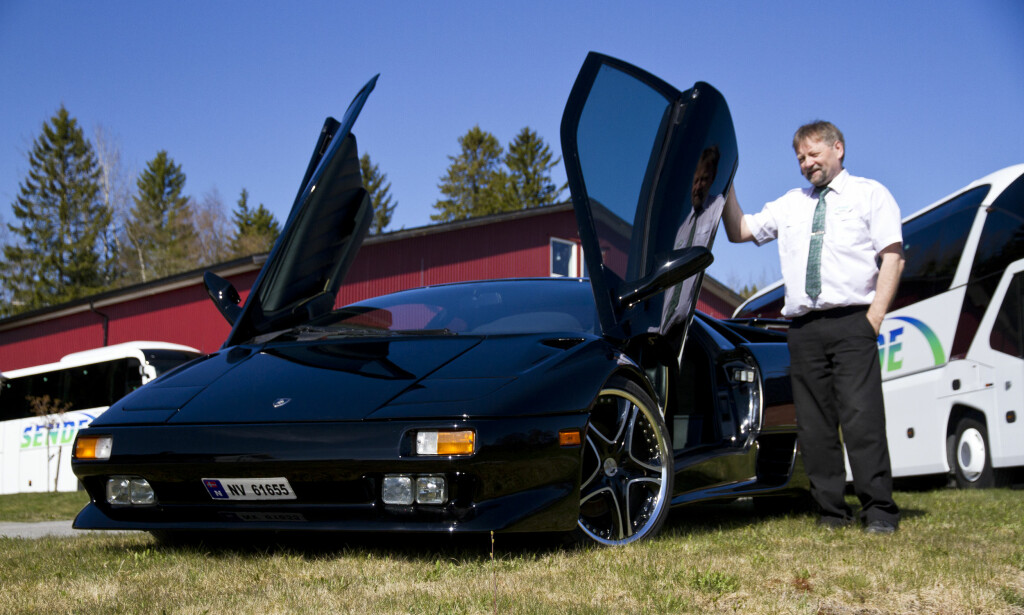 FARTSGLIS: Annar har Verdals eneste svarte Lamborghini Diablo. Foto: Magne Håheim / Bussmagasinet