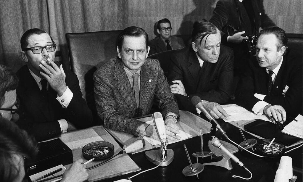 MAKTENS MENN: Olof Palme (i midten) løy for å dekke justisministeren og horekunden Lennart Geijer (t.v. med sigar.) Foto: Ukjent/SVT