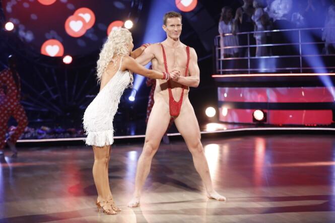 KASTET KLÆRNE: Frank Løke danset i minimalt av klær lørdag. Antrekket imponerte langt ifra dommerne. Foto: TV 2