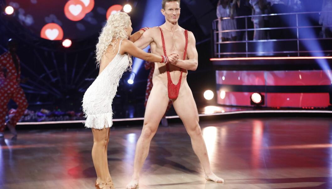 KASTET KLÆRNE: Frank Løke danset i minimalt av klær lørdag. Antrekket imponerte ikke dommerne. Foto: TV 2