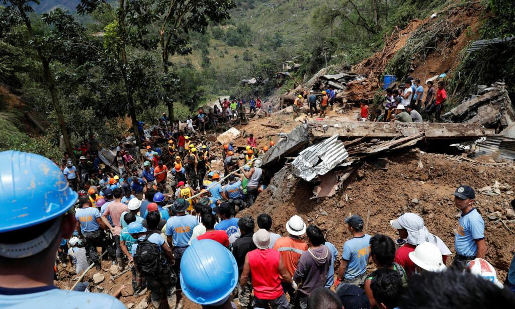 REDNINGSAKSJON: Minst 30 personer er fremdeles savnet etter jordskredet i Itogon på Filippinene. Foto: REUTERS/Erik De Castro / NTB Scanpix