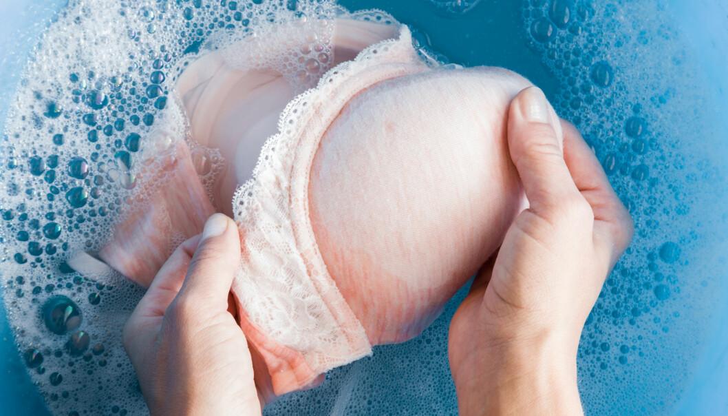HÅNDVASK: Alle bh-er burde håndvaskes for å skåne dem mest mulig. Foto: Scanpix