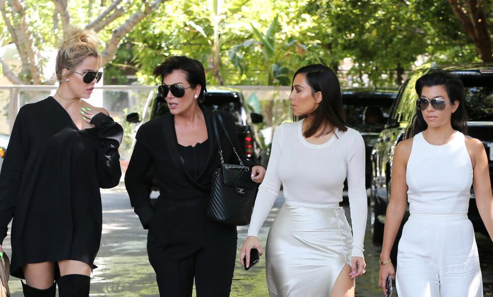UENIGE: Nok en gang er det uenigheter i Kardashian-familien. Denne gang er det Khloé Kardashian som må ta et vanskelig valg. Foto: NTB Scanpix