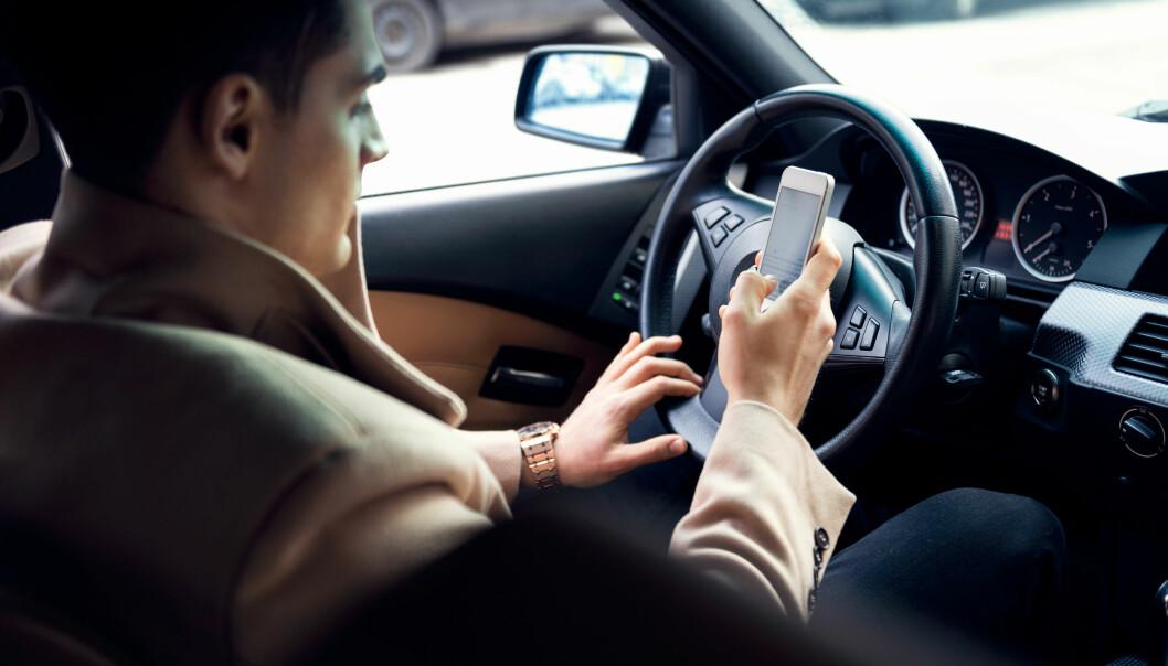 <strong>KJØRER ULOVLIG:</strong> Seks av ti i husstander som tjener mer enn 1,5 millioner kroner i året innrømmer at det hender de bruker mobiltelefon uten handsfee, når de kjører bil. Foto: Shutterstock