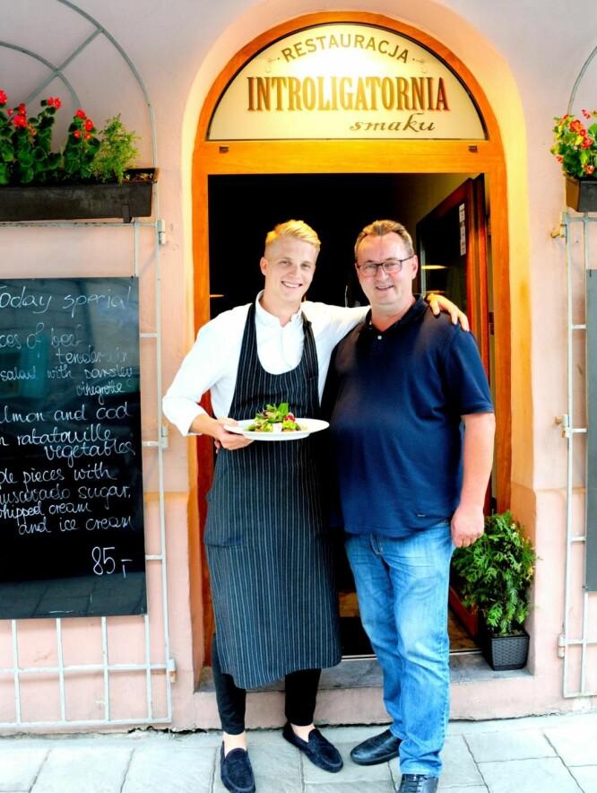 Superkokk Marek Widomski (58) og servitør Dominik Lenik ved billig-gourmetrestauranten Introligatornia Smaku sørger for en helaften til under 400 kroner.