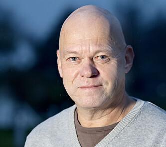 <strong>FORUNDRET:</strong> Seniorrådgiver Bård Morten Johansen i Trygg Trafikk stusser over at sjåfører i nyere biler bruker håndholdt mobiltelefon, mens de kjører. Foto: Trygg Trafikk