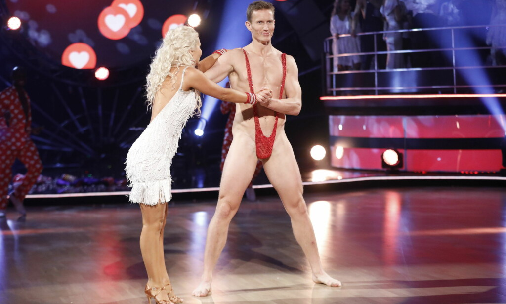 - VARSLET OM SPRELL: Mange ble sjokkerte da Frank Løke dukket opp i denne kreasjonen under lørdagens direktesendte «Skal vi danse». På formiddagen dukket imidlertid 38-åringen opp på TV2.no i denne drakta, og varslet at han ønsket et nakenstunt. Foto: TV 2