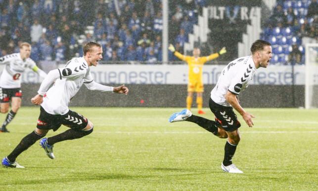 TO MÅL: Espen Ruud (t.h.) ble kampen store spiller mot Sarpsborg 08 søndag. Han scoret begge målene i 2-1-seieren. Her feirer han med Birk Risa (t.v.). Foto: Audun Braastad / NTB scanpix