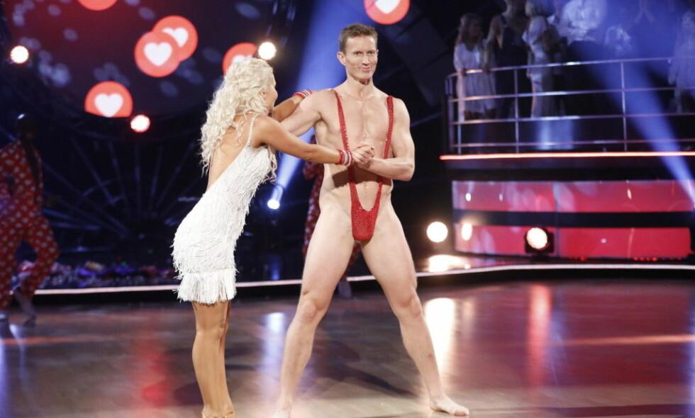 VARSLET OM SPRELL: Mange ble sjokkerte da Frank Løke dukket opp i denne kreasjonen under lørdagens direktesendte «Skal vi danse». På formiddagen dukket imidlertid 38-åringen opp på TV2.no i denne drakten, og varslet at han ønsket et nakenstunt. Foto: TV 2