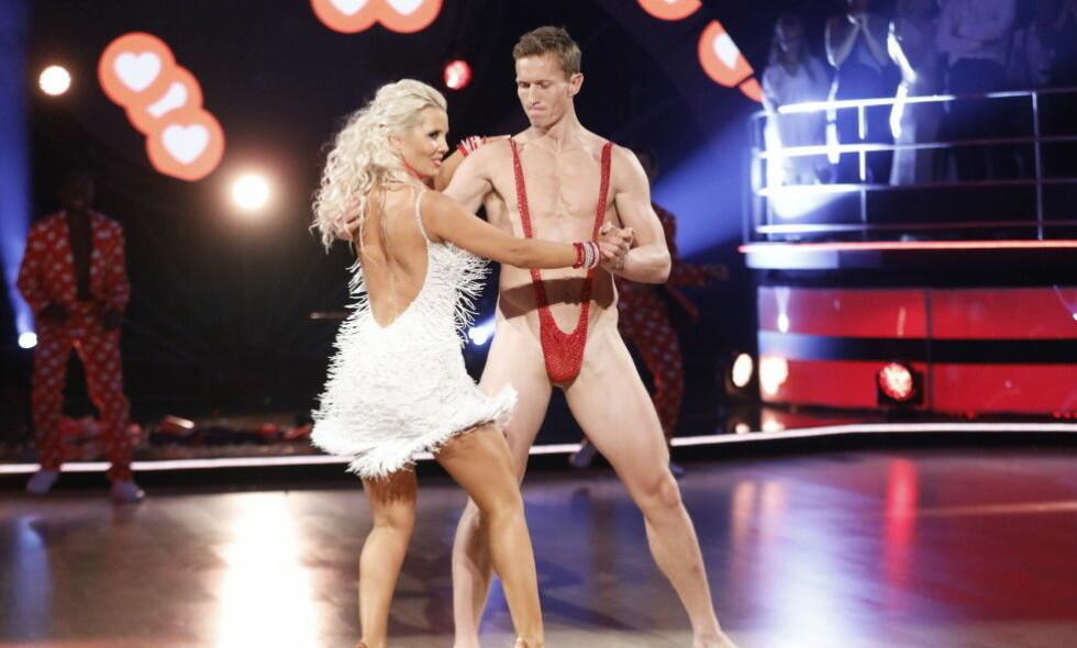 LETTKLEDD: Frank Løke (38) har fått mye kjeft etter at han dukket opp i dette antrekket på «Skal vi danse»-parketten i helga. TV 2 mener fortsatt at de ble tatt på senga av nakenstuntet. Ble de egentlig det? Foto: TV 2