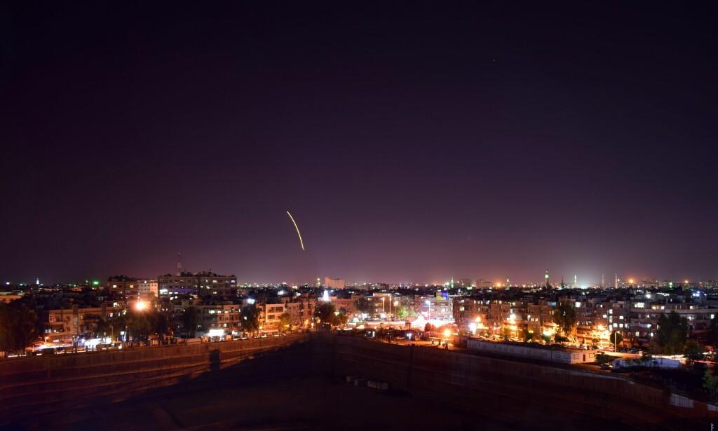 LUFTVERN: Det russiske militæret har mistet kontakten med et militært fly i området utenfor Syrias kyst, melder russiske medier seint mandag kveld. Her et bilde av syriske luftvernsraketter som ble avfyrt over Damaskus tidligere i september. Foto: SANA / NTB Scanpix