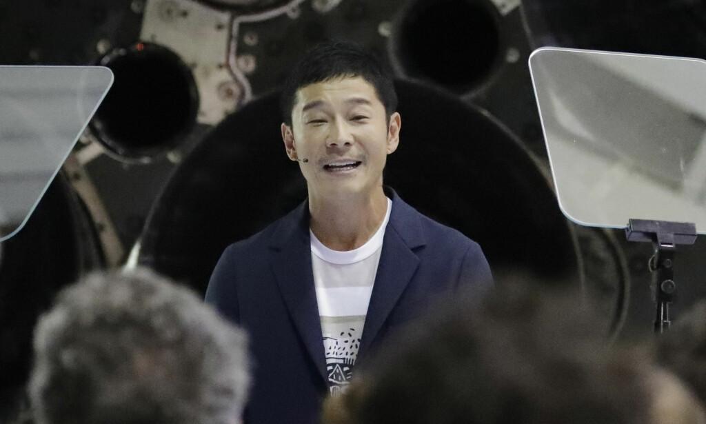 TIL MÅNEN: 42 år gamle japanske Yusaku Maezawa er SpaceX' første kunde som skal fly i bane rundt månen. Han ble presentert under en pressekonferanse ved selskapets hovedkvarter i California mandag kveld. Foto: Chris Carlson / AP / NTB scanpix