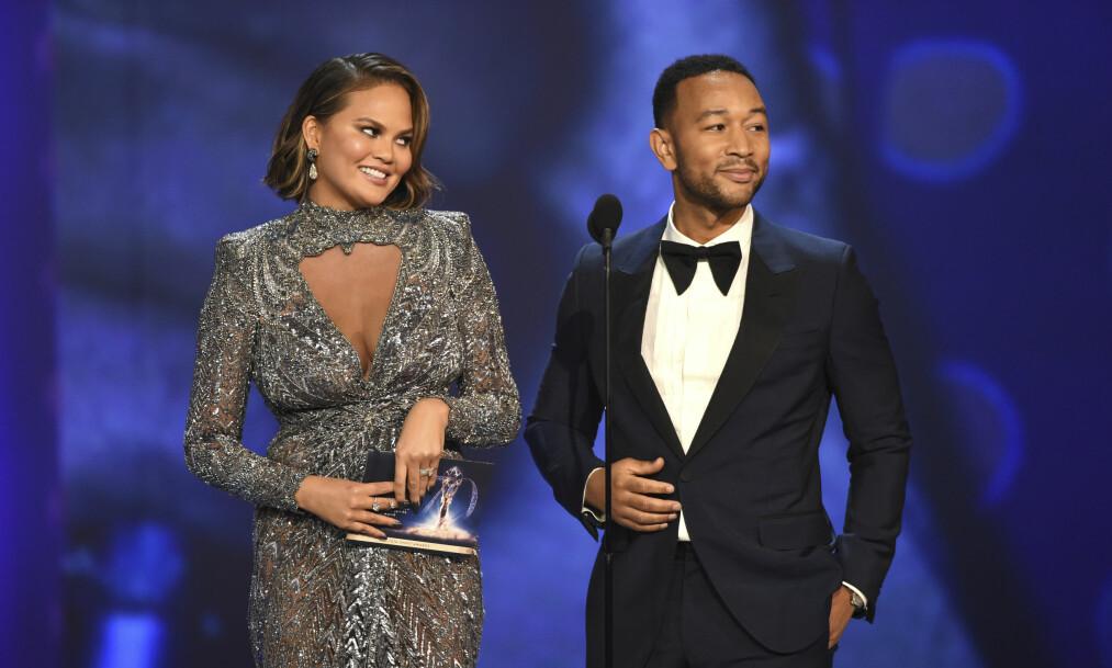 SJARMERTE PÅ EMMY-SCENEN: Chrissy Teigen og John Legend underholdt fra scenen under Emmy-utdelingen. Chrissy var ikledd en kjole fra Zuhair Murad. FOTO: NTB Scanpix