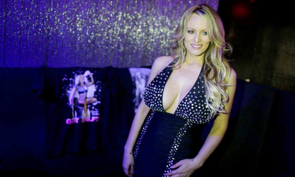STORMEN DANIELS: Den tidligere pornoskuespilleren Stormy Daniels har utviklet seg til å bli et mareritt for Donald Trump. Nå kommer hun med nye beskrivelser om den angivelige affæren i ny bok. FOTO: Eduardo Munoz / Reuters / NTB Scanpix