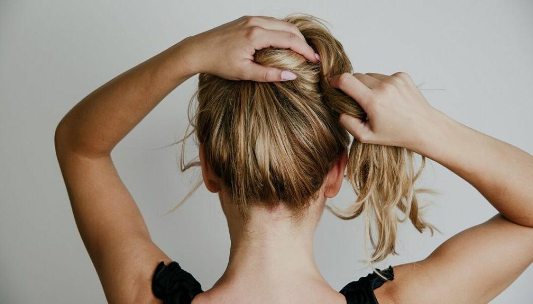 STRIKK: Vær forsiktig med bruk av strikker som kan ødelegge håret ditt. FOTO: Shutterstcok