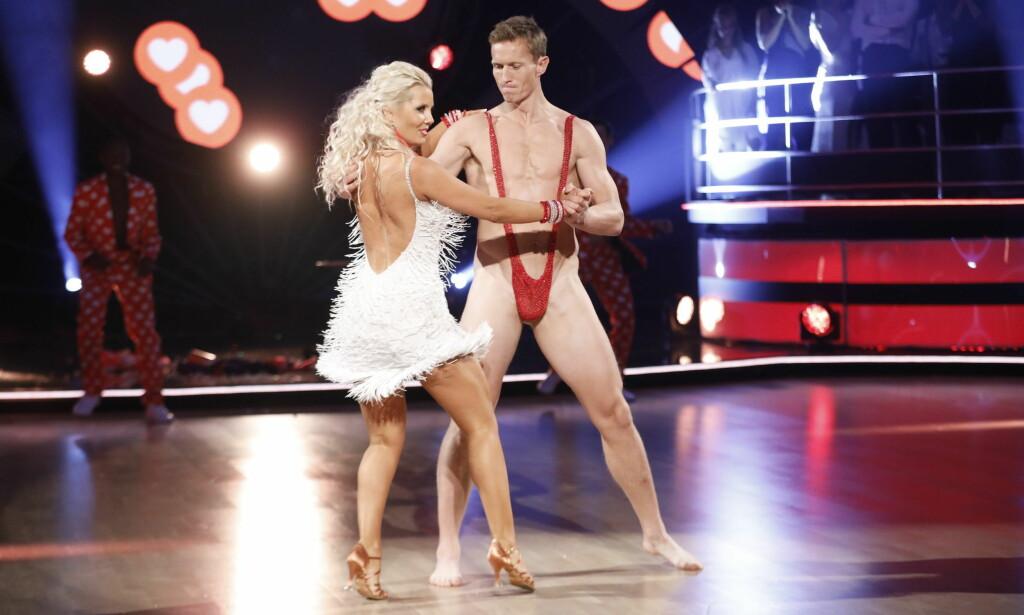 KASTET TØYET: Frank Løke danset i en påkalt mankini under lørdagens sending. Antrekket imponerte langt ifra dommerne. Foto: TV 2