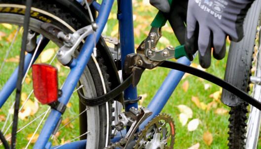 <strong>RASK JOBB:</strong> Praktiske Per er slett ingen sykkeltyv. Likevel brukte han bare ni sekunder på å kutte Ottolock-låsen til 800 kroner. Foto: Per Ervland