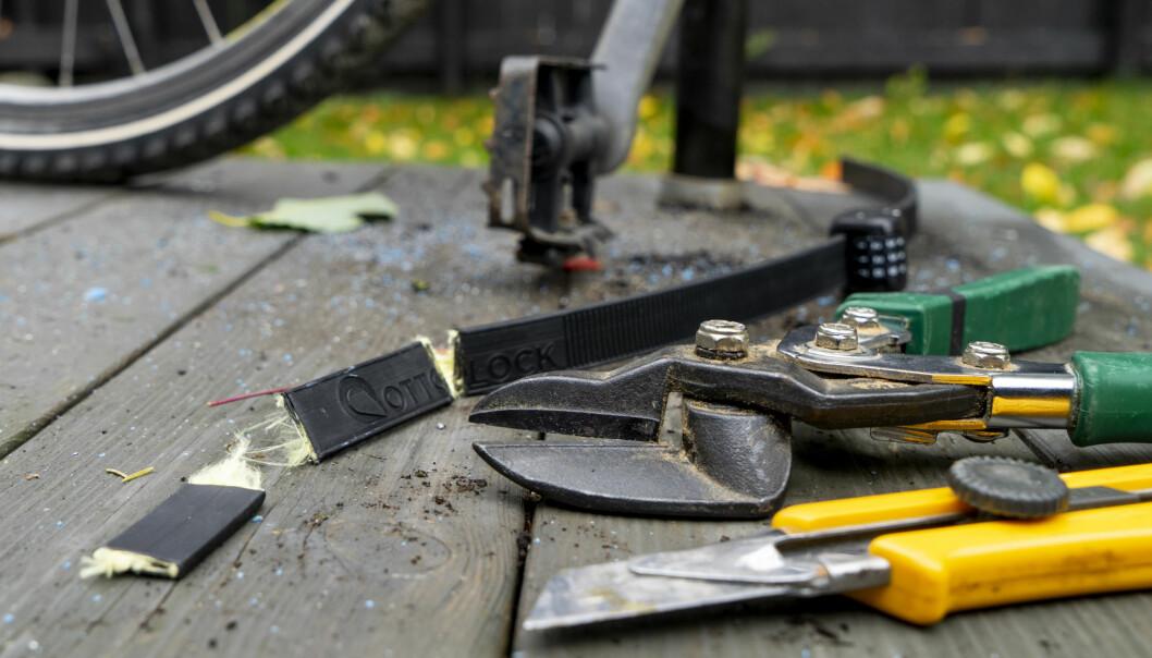 <strong>LETT VERKTØY:</strong> En platesaks var alt som skulle til for å åpne Otolock-låsen når den var festet til sykkelen og en stang. Frigjort fra sykkelen var det litt vanskeligere. Da måtte vi i tillegg bruke en tapetkniv. Foto: Per Ervland