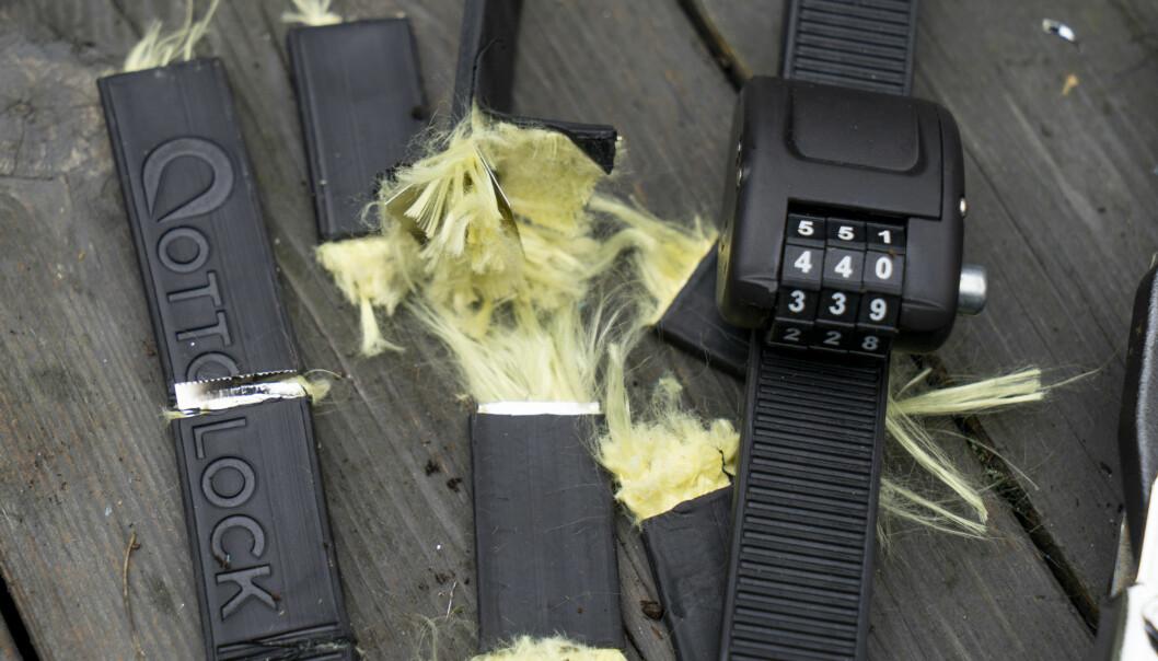 <strong>INNMATEN:</strong> Låsen er ifølge produsenten laget med kevlar og metall. Dette skal gjøre det vanskelig å kutte den. Foto: Per Ervland.