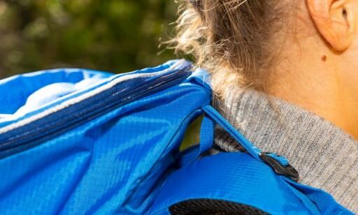 LANG RYGG: Sekken kan være i lengste laget for de med kortere rygg, som kan føle at den gnager i nakken. Foto: Per Ervland.