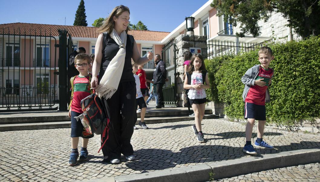 TRE BARN PÅ TRE ÅR: Kikka var tredve år og singel da hun møtte Joao. Så kom tre barn på tre år, som hun her har hentet på skolen. FOTO: Sverre Chr. Jarild.