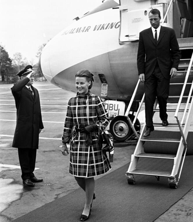 BRYLLUPSREISE: Da Harald og Sonja giftet seg i 1968 dro de på bryllupsreise med andre navn. Her landet det feske paret i Norge igjen. Foto: NTB Scanpix