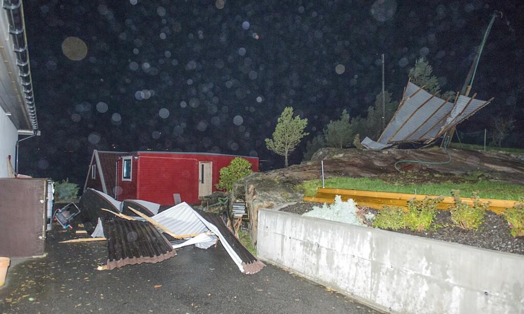 TAK BLÅSTE AV: Den sterke vinden sendte et tak fra et naust inn i vinduet på en bolig på Hanøytangen utenfor Bergen. Foto: Marit Hommedal / NTB scanpix