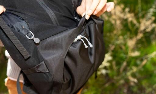 VANSKELIG LOMME: Lommen i bunnen er er smart, men glidelåsen er tung og vanskelig å åpne med bagasje i sekken. Per Ervland