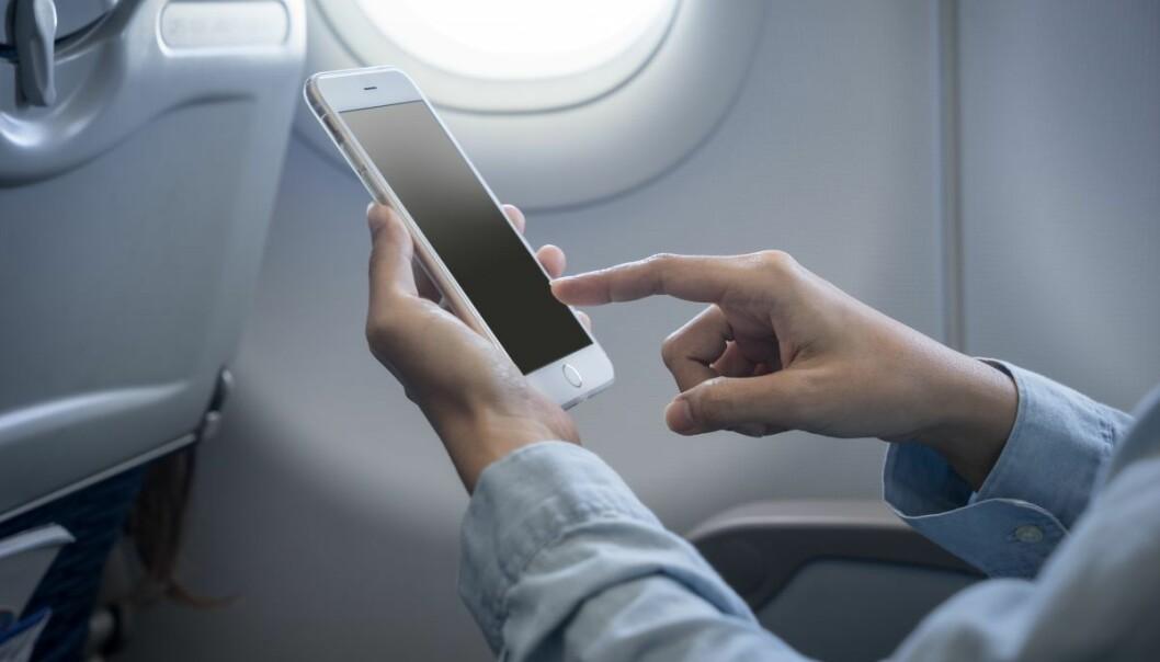 Det er riktig at elektronisk utstyr kan påvirke flyets systemer, viser faktasjekken til Faktisk.no og Forbrukerinspektørene. Foto: Scanpix