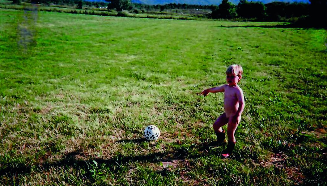 BALLTALENT: 2 1/2 år gamle Martin i gang med ballen på Vega på Helgelandskysten, der familien tilbrakte mange somre da han var liten. FOTO: Privat