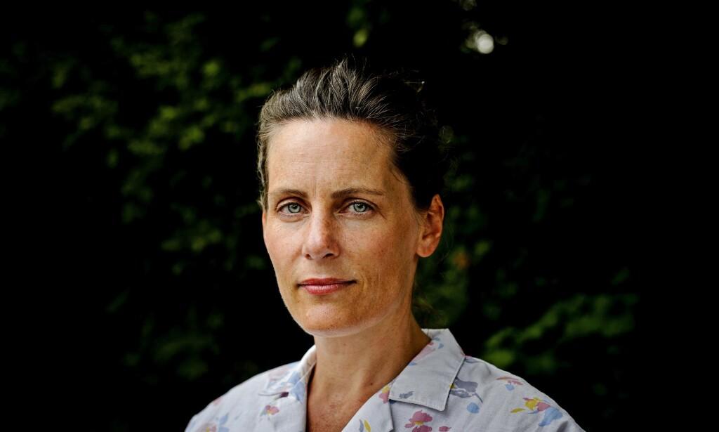 TENKER OVER DET UHØRTE. Monica Isakstuen vant Brageprisen for sin forrige roman, «Vær snill med dyrene». Følelser og intellekt kolliderer igjen i årets roman, «Rase», som har både klarhet og kraft. Foto: John T. Pedersen / Dagbladet.