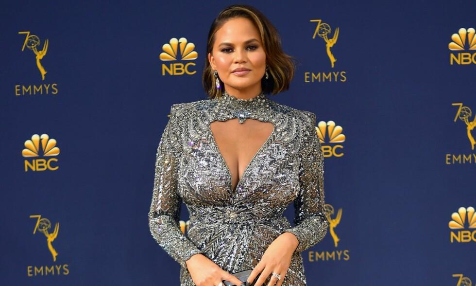 GRAVIDHETS: Etter at Chrissy Teigen troppet opp på Emmy Awards-løperen mandag kveld, har hun måttet ta til motmæle mot kroppshets. Foto: Matt Winkelmeyer/ Getty Images/AFP/ NTB scanpix