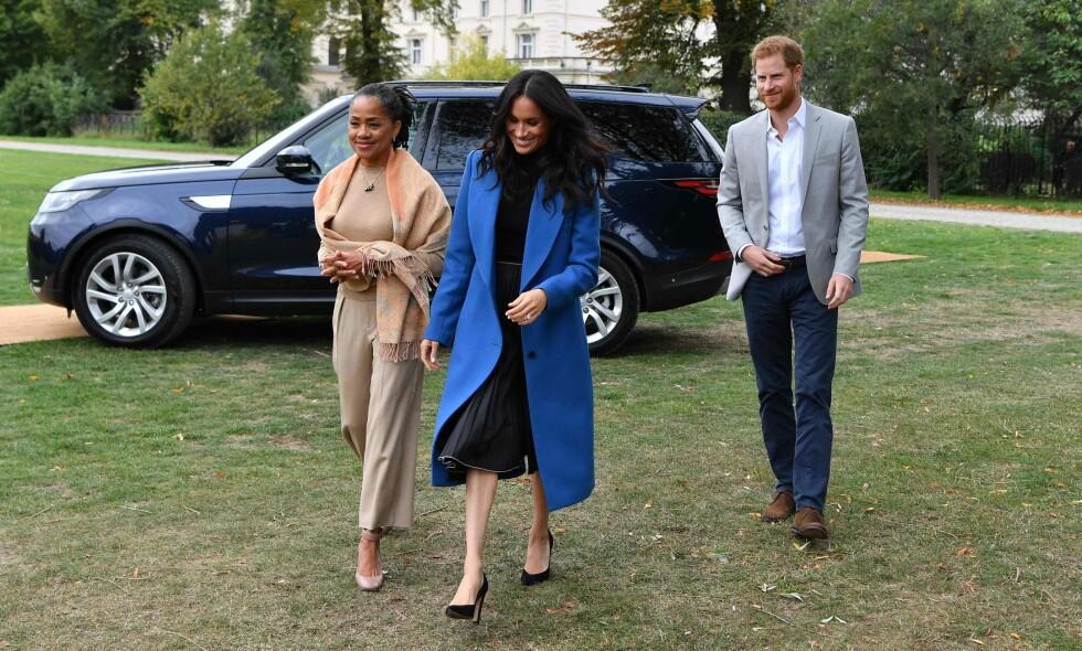 FØRSTE GANG: Fredag dukket hertuginne Meghan opp i offentligheten sammen med moren sin, Doria Ragland, for første gang siden bryllupet i mai. Foto: NTB Scanpix