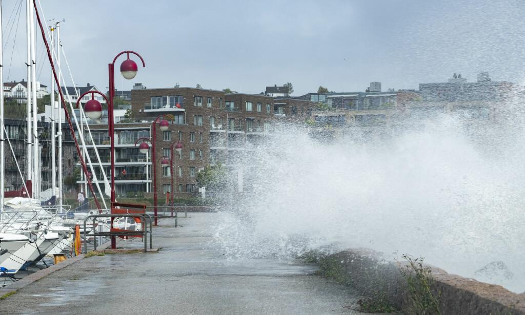 STORE SKADER: Ekstremværet Knud gjorde store skader i går. Her fra sentrum i Kristiansand. Foto: Tor Erik Schrøder / NTB scanpix