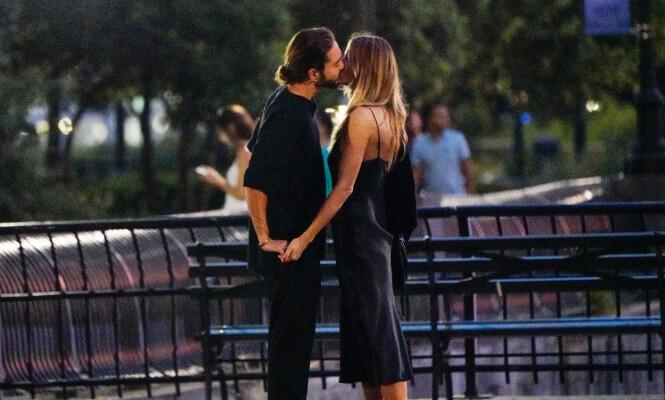 KLINTE TIL: Heidi og Tom ble observert kyssende i Battery Park i New York tidligere i år. Foto: Splash News