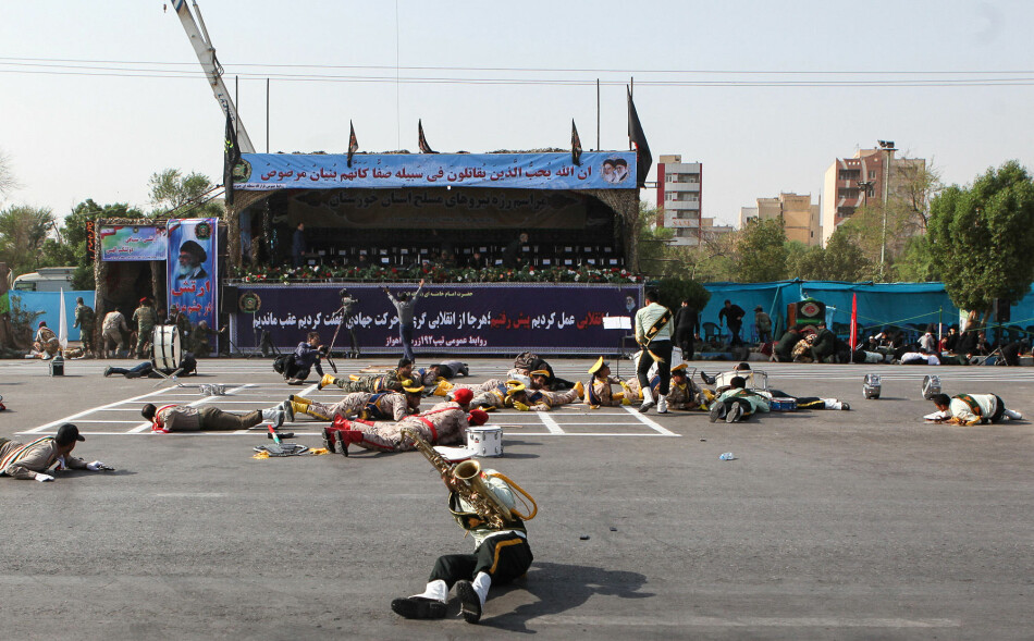SKREKKSCENARIO: Skadde og livredde medlemmer av et militærkorps fotografert ikke lenge etter det grufulle angrepet mot en militærparade i Iran. Foto: Alireza Mohammadi / ISNA / AFP / NTB scanpix