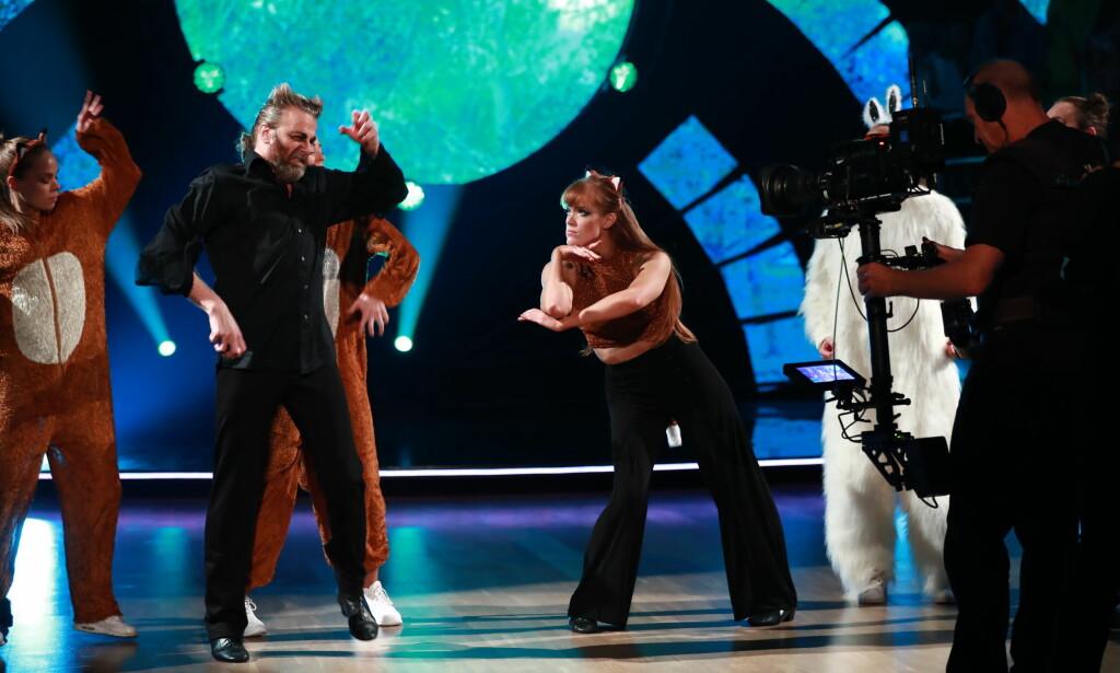 FØRSTE PAR: Einar Nilsson (54) og dansepartner Anette Stokke (30) hadde med seg Eirik Søfteland under sin dans i kveld. Foto: NTB Scanpix