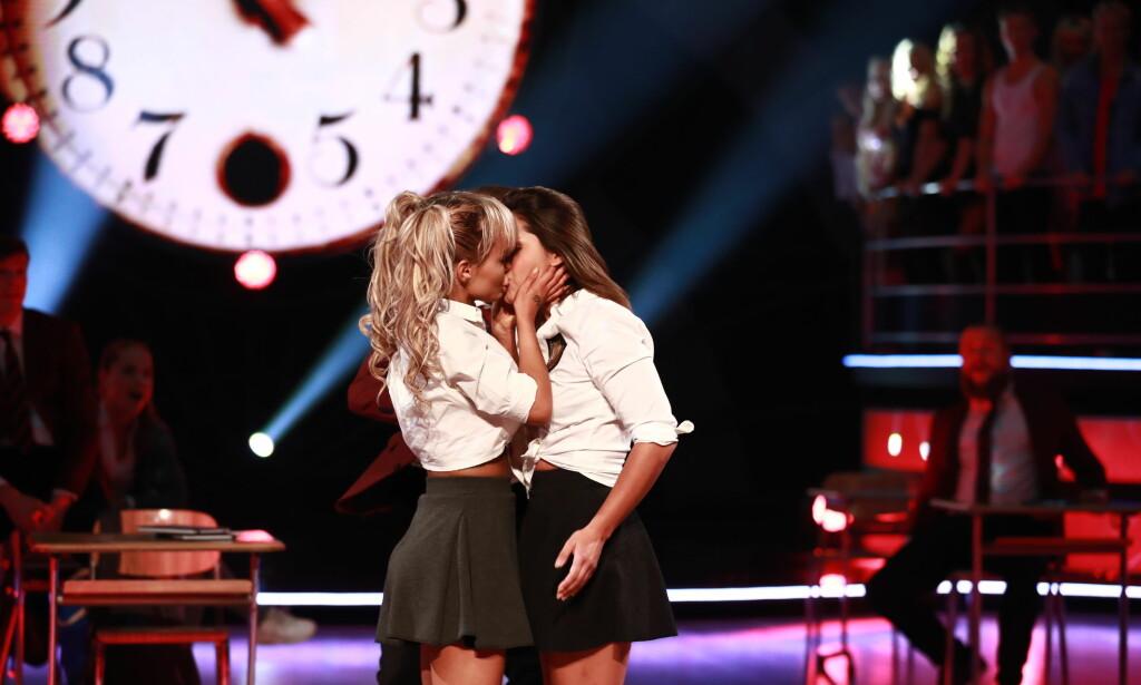 KYSS: Sophie Elise Isachsen og Jorun Stiansen imponerte dommerne under kveldens sending, og vakte samtidig oppsikt med et lite kyss på direkten. Foto: NTB Scanpix