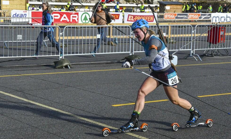 SAMLER PÅ GULL: Marte Olsbu Røiseland vant NM-sprinten i rulleskiskyting på Gautefall i Drangedal lørdag. I dag vant hun også på fellesstarten. Foto: FROLENDINGEN / NTB scanpix