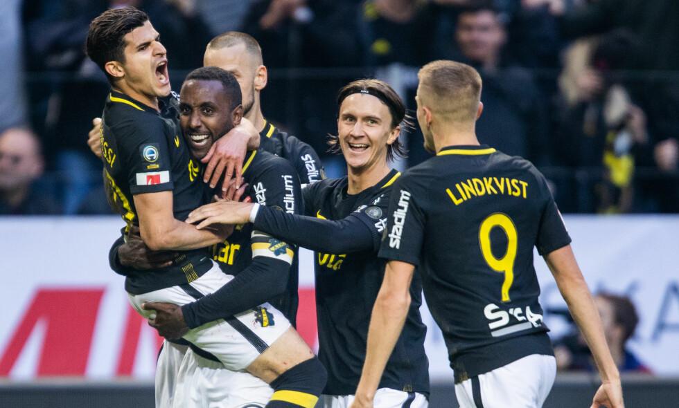 AVGJØRELSEN: Tarik Elyounoussi (t.v.) jubler sammen med resten av AIK etter scoringen som avgjorde derbyet. Foto: Kenta Jönsson/Bildbyrån