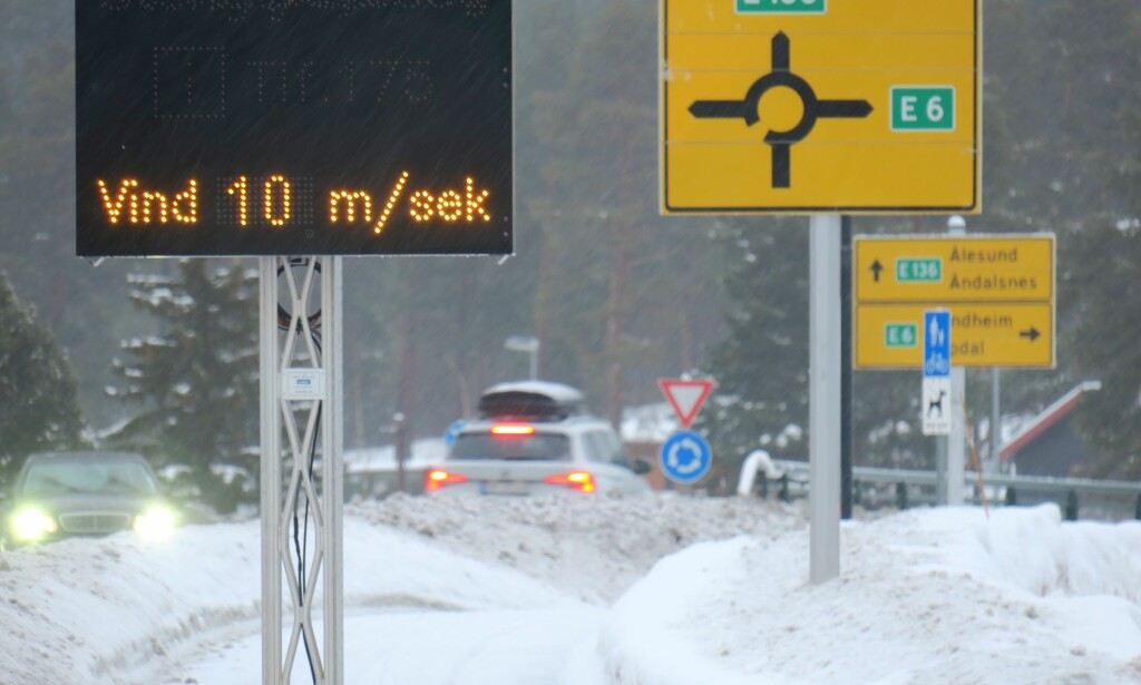 SNØ: Riktig så mye snø som det er på dette bildet fra i fjor blir det nok ikke på Dombås i morgen, men det kan fort falle litt hvitt på E6 over Dovre. Meteorologisk Institutt har utstedt farevarsel for fjellene i Sør-Norge. Foto: Paul Kleiven / NTB scanpix