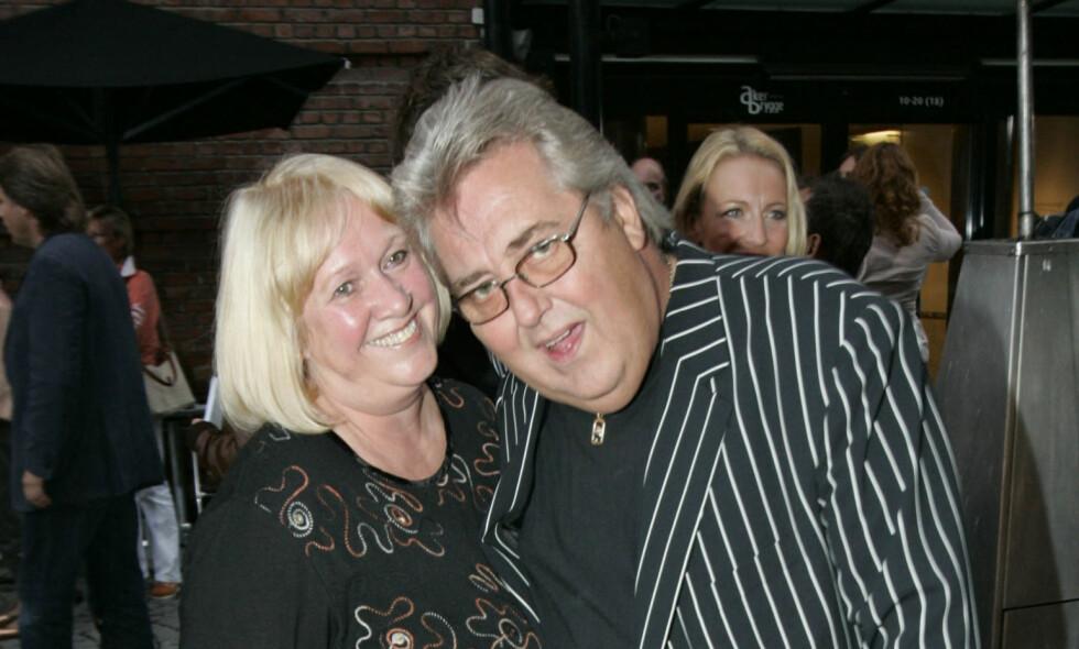 DØD: Mandag kunne familien til Øivind Johannessen fortelle til media at den norske komikeren hadde gått bort, 67 år gammel. Her fotografert med kona Kristin i 2006. Foto: NTB scanpix