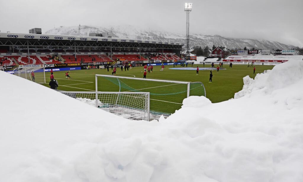 KJØLIG BALL: Slik så det ut på Alfheim stadion før eliteseriekampen mellom Tromsø og Strømsgodset i april i år. Foto: Rune Stoltz Bertinussen / NTB Scanpix