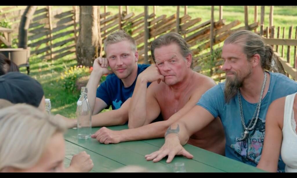 Selv om de bare har vært på «Farmen» i ti minutter har Jørgen allerede flekket av seg til baris. Det er tross alt hans privilegium som mann 60 pluss. Foto: TV2