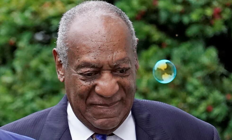 SKYLDIG: Tidligere i år ble Bill Cosby funnet skyldig i å ha dopet ned og forgrepet seg på en kvinne. Tirsdag får komikeren trolig vite om han må sone i fengsel. Foto: REUTERS / Jessica Kourkounis / NTB scanpix