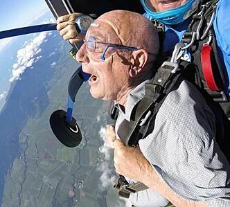 FALLSKJERM: Like etter de ankom Australia hoppet duoen i fallskjerm. Foto: Samuel Massie