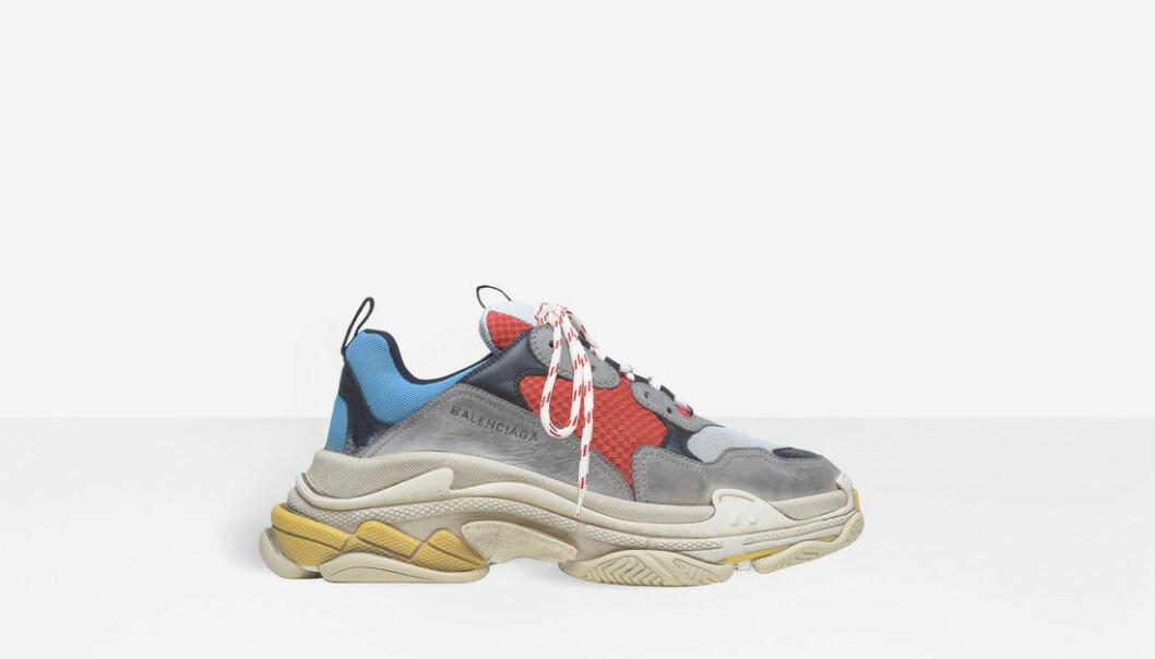 SER BRUKT UT: Disse skoene fra Balenciaga er helt nye, men selges i det som ser ut som en slitt tilstand. Foto: Produsenten