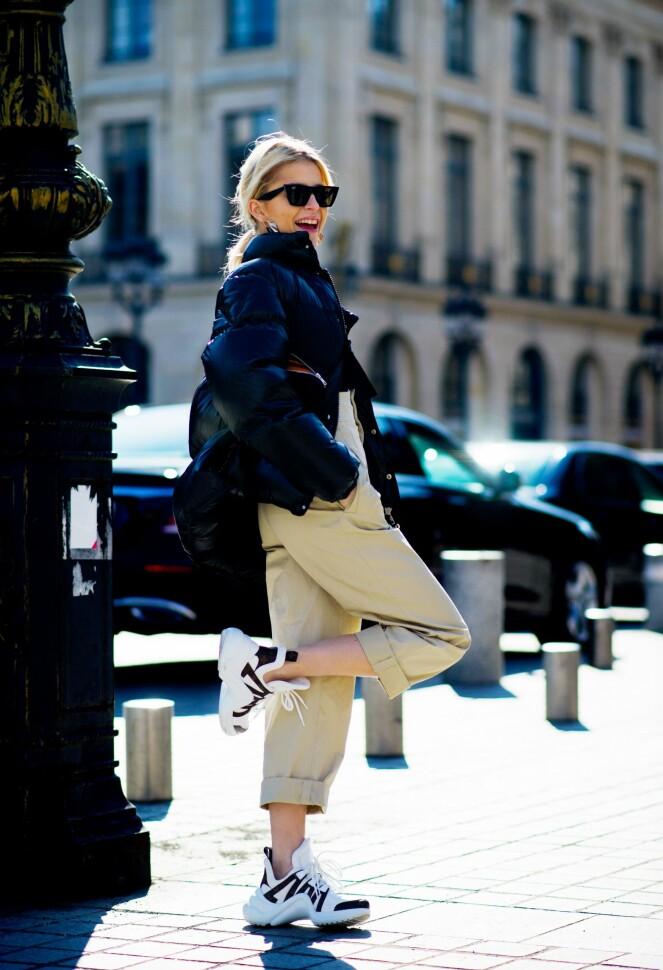 TRENDY: Selv om Rosie Huntington-Whiteley selv ikke vil gå for slike sneakers, synes hun mange jenter klarer å sette sammen kule antrekk med dem. Foto: Scanpix