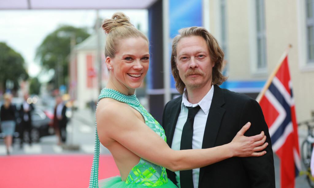 GLAMORØS: Ingunn Birkeland er stolt av at skuespiller Ane Dahl Torp brukte to av hennes kjoler til premierene av «Skjelvet». I Haugesund så hun ut som en Disney-prinsesse der hun kom hånd i hånd med medspiller Kristoffer Joner. Foto: Grethe Nygaard